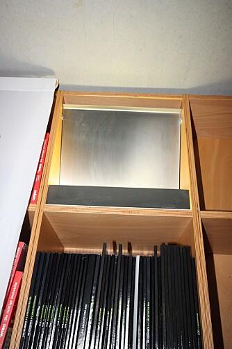 VENTILASJONSLØSNING: Det som ser ut som et lysarmatur er i prinsippet en ventilasjonsluke. Luften kommer ut i overkant av aluminiumsplaten.