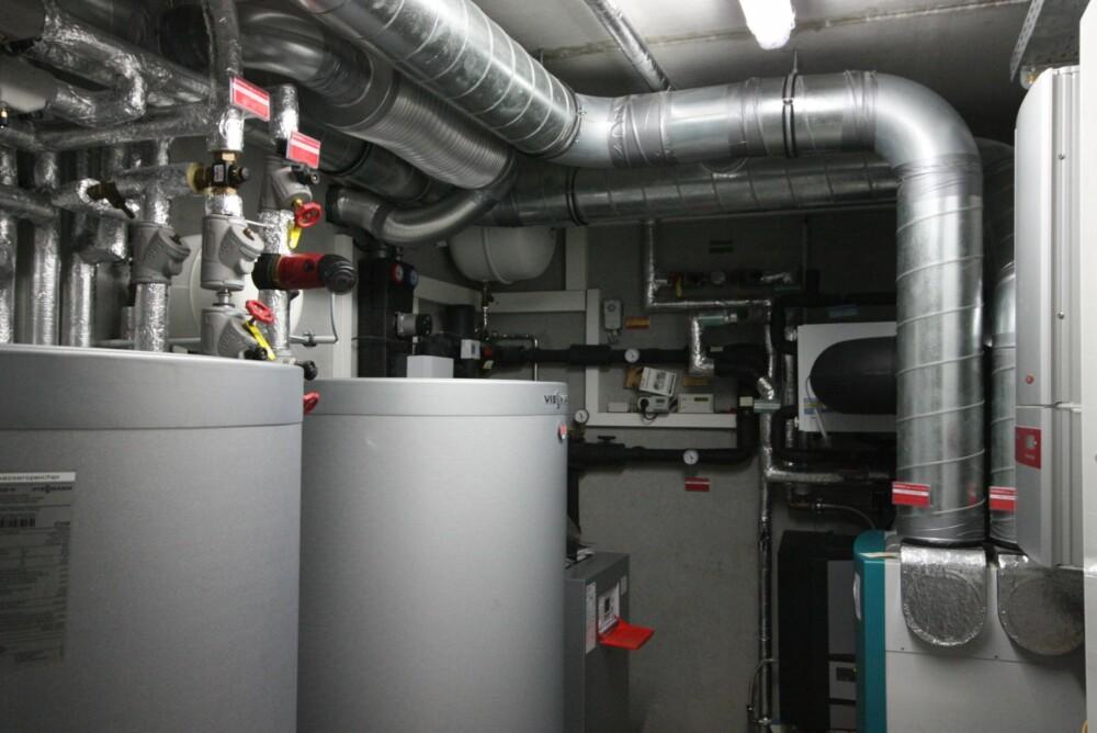 FULL PAKKE: I utgangspunkt er det ikke nødvendig å utstyre et passivhus med annet enn et ventilasjonsanlegg. Denne huseieren har imidlertid tatt steget noe lenger og blant annet installert en varmepumpe og et varmeveksleranlegg for oppvarming av vann ved hjelp av solenergi.