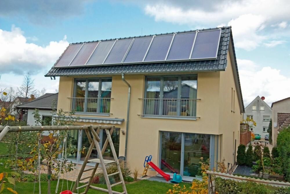SOLFANGERE: På dette passivhuset har eieren installert solfangere (varmevekslere) på taket hvor varmtvannet sirkulerer. Bare om vinteren er det nødvendig å supplere vannoppvarmingen med annen energi, som i dette huset gjøres med varmepumper.