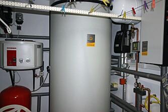 VANNMAGASIN: I dette passivhuset har eieren installert en varmtvannstank på 1000 liter. Ikke fordi det er så mange som bor i huset, men fordi vannet varmes ved hjelp av varmevekslere på taket og skal kunne magasineres i perioder hvor det er overskyet.