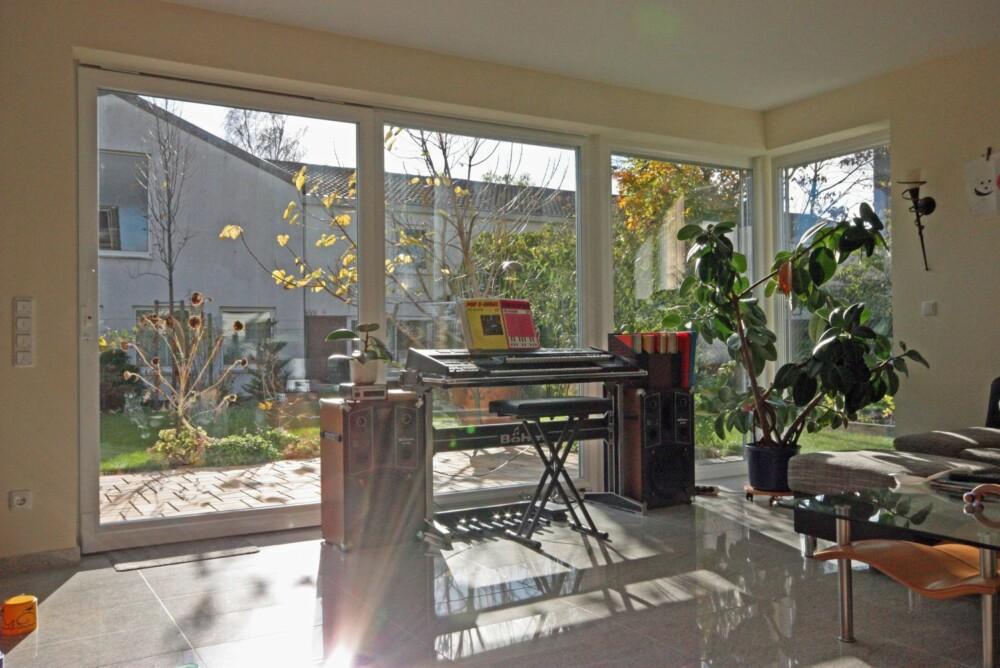 STORE GLASSFLATER: Bruk av store vindusflater gir tydelige oppvarmingsgevinster, og med trelagsvinduer fjernes blant annet kaldraseffekten ved vinduene.