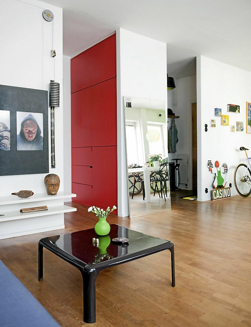 SKREDDERSØM OG LØSØRE: Den røde garderoben er et av boligens mange plassbygde elementer. Sofabordet fra Artemide er fra 70-tallet.