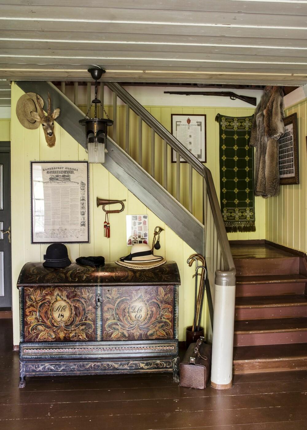 GAMMEL BRUDEKISTE: Oldemorens brudekiste fra Setesdalen, datert 1860, møter deg når du kommer inn i gangen.