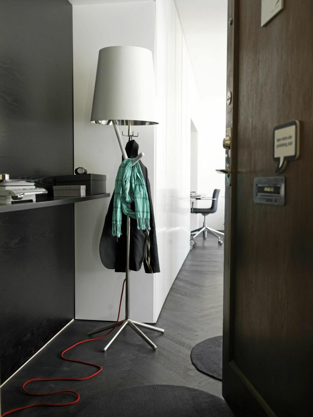 HJEMMELAGD: Wagell har selv innredet leiligheten, og mesteparten av møbler og belysning har han designet selv.