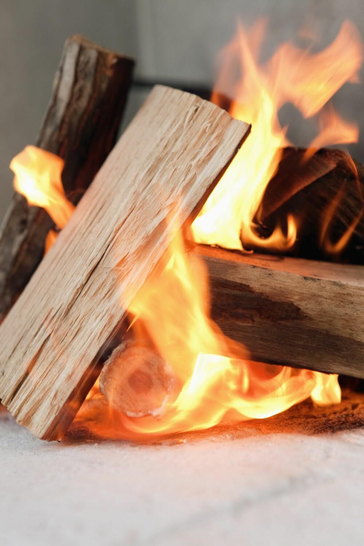 TENN FRA TOPPEN: Du må starte med å bygge bålet riktig. Du bør tenne fra toppen for å få rask varme i brennkammeret og trekk i skorsteinen.
