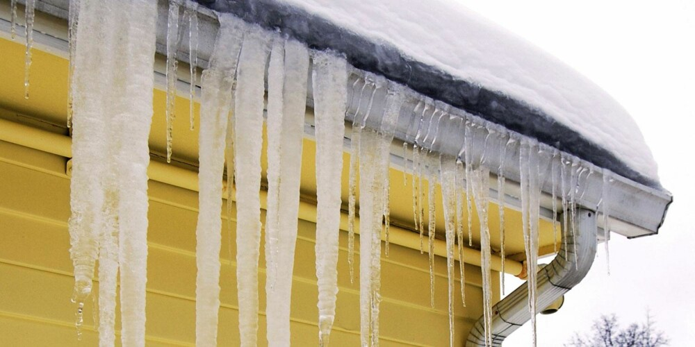 LEKKASJER UTENFRA: Overfylte og feilplasserte takrenner kan bidra til lekkasje som går løs på grunnmuren.