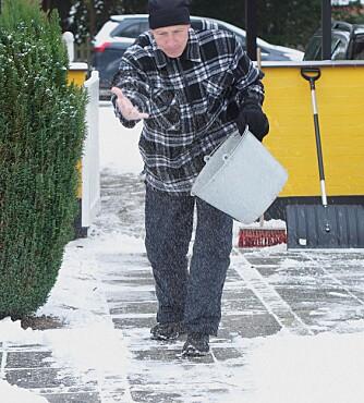 EFFEKTIVT: Fjerner du snøen før du salter, får du mest effekt ut av hvert saltkorn.