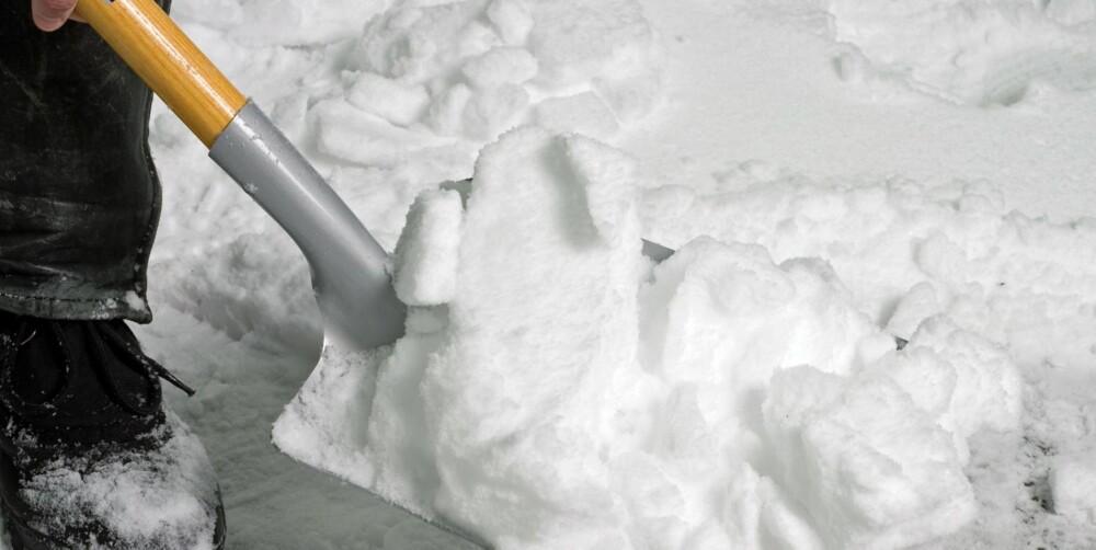 SNØSKUFFE: Pass på at du ikke skraper opp innkjørselen når du måker.