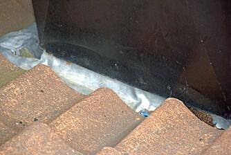 KRITISK PUNKT: Overgangen mellom tak og pipe kan være et kritisk punkt og noe man bør sjekke hvert år.