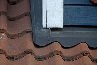 SJEKKPUNKT: Beslagene på taket bør også sjekkes jevnlig for rust eller andre skader.