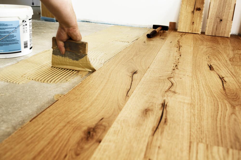 KNIRKETE GULV: Opplever du knirkete gulv kan dette skyldes ujevnt undergulv.