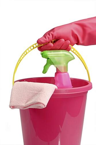ENKLE GREP: Eddik blandet ut med vann rengjør effektivt.