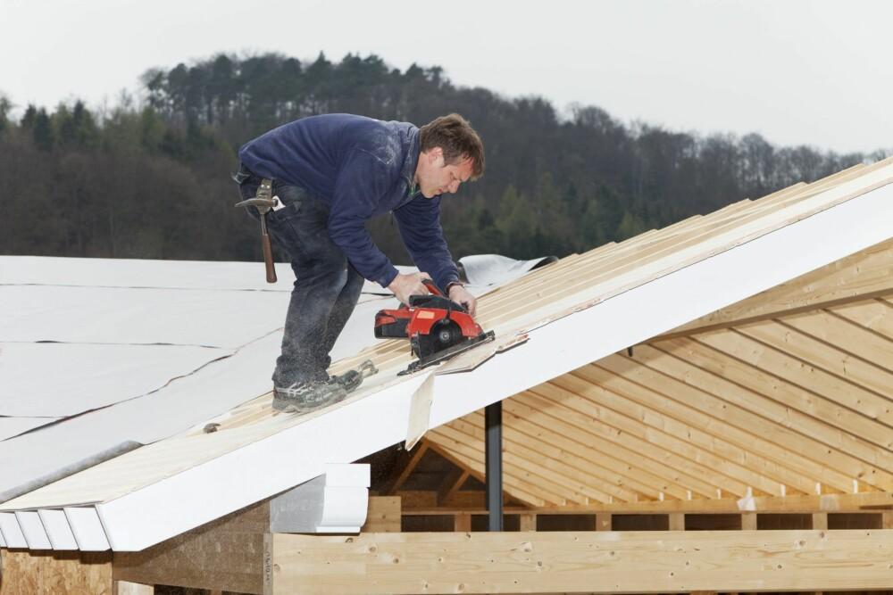 RIKTIG TAKUTFORMING: Sørg for at regnvann ikke samles på taket, men renner effektivt av.
