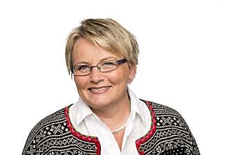 TØM TAKRENNA: Nina Granlund Sæther i Huseiernes Landsforbund råder deg til å rydde i takrenna og binde sammen store busker og trær.