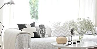 KONTRASTER MED MØNSTER: Marcela Recondo med bloggen Penelope Home sverger til en fargepalett i stuen, med kontraster i mønstermiks og designmøbler.