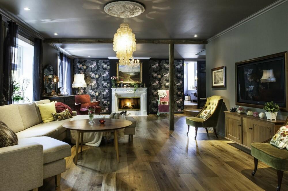 KONTRASTER: Den lyse loungesofaen fra Skan Møbler er valgt for å bryte litt med det mørke interiøret i stua. Sammen med et retroaktig sofabord kjøpt på loppemarked og en skjellampe fra Danmark, utgjør det en fin stilmiks.