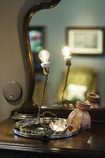 INGOLFS LAMPE: Mystisk lampe med kuttet ledning har Ingolf laget selv. Kommoden  med speil er fra en lokal bruktbutikk.