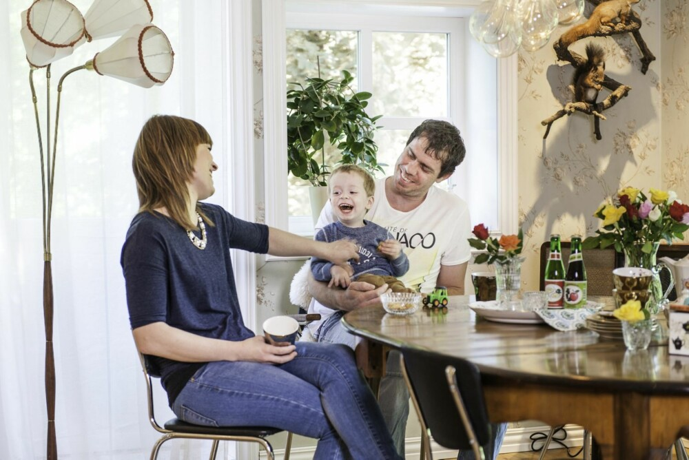 FOTO: Marte og Ingolf har skapt et rommelig allrom, med plass til å samles ved spisebordet om det er måltider, lekser eller kos over tekoppen. De liker at kjøkkenet er et sosialt rom.
