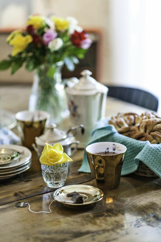 VARMT OG VAKKERT: Marte liker å bake, og det er ekstra godt med noe varmt i koppene på kjølige dager. Gullkoppene med fuglemotiv inni er kjøpt i Belgia, det øvrige serviset er arvegods fra svigermor.