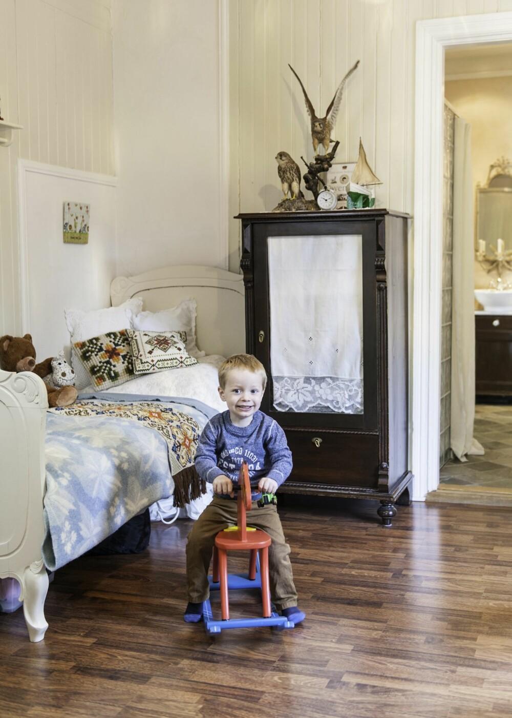 ARVESKATTER: Skapet på Leos rom er arvet, det samme er mesteparten av lekene hans. Det er lagt nytt, oljet eikeparkett i hele etasjen.