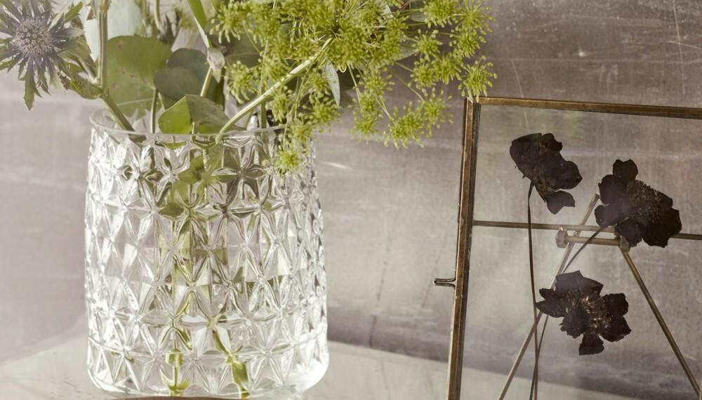PREMIEN: Du kan vinne et sett med stor og liten vase i diamantslipt glass fra Molly Marais , verdi kr 518.