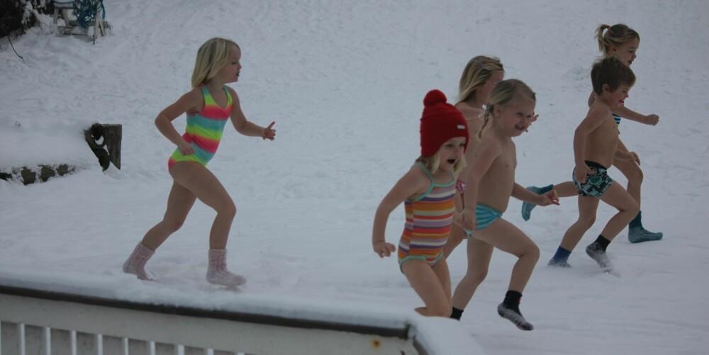 KALDT OG GØY: Parkdressen ble byttet ut med badetøy i Solgry barnehage onsdag.