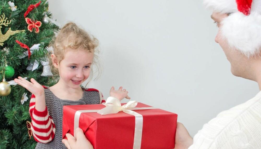 GAVE TIL BARNA: Barna må få gave til jul, men hvor mye du bør bruke på gaven avhenger av økonomien din.