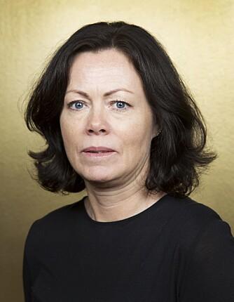 IKKE HOMOFOB: På skrivebordet har Solveig Horne nå homoflagget i vase. FOTO: Werner Juvik