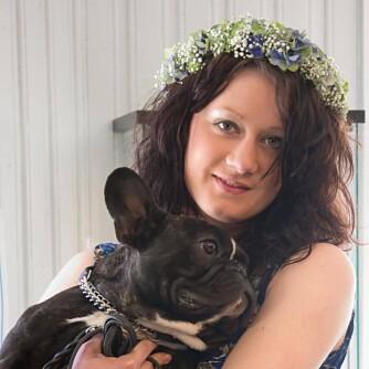 BLOMSTERDEKORATØREN: Synne (22) er utdannet blomsterdekoratør og har jobbet med blomster i sju år.  Hun jobber hos Blomsterenga på Kampen i Oslo.