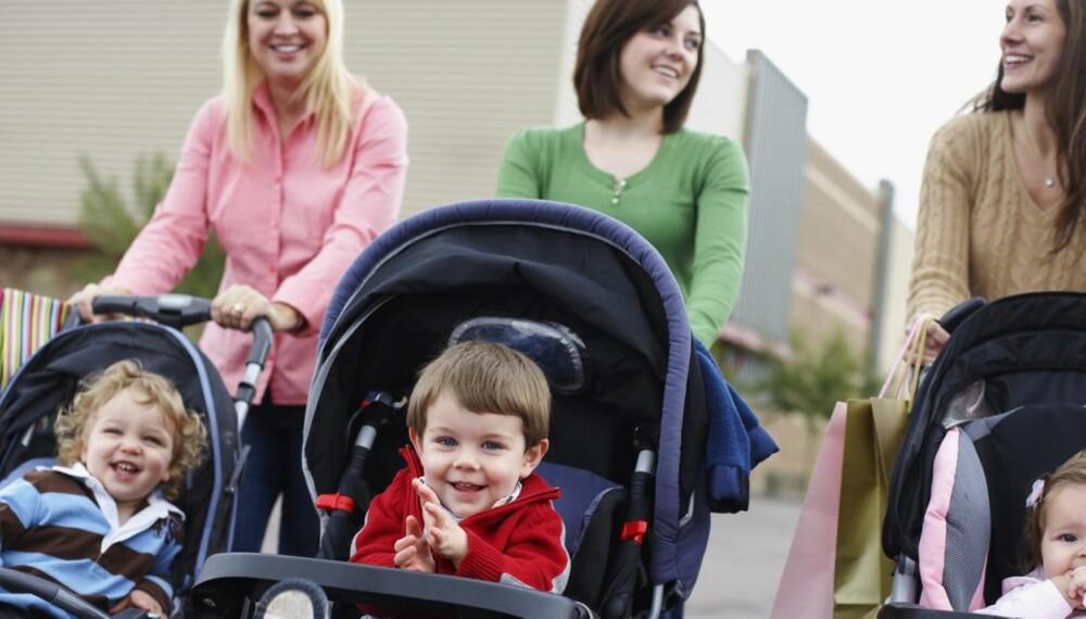 TUR MED BARN I VOGN: Foreldre er flinke til å gå tur, men det blir som regel med barnet i vogna, sier barnefysioterapeut, som oppfordrer foreldre til å droppe barnevogna når barnet kan gå selv.