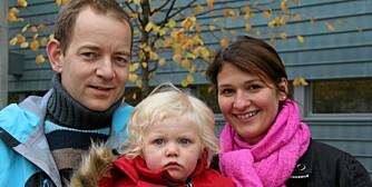 STATSBUDSJETTET 2009: Audun Mikkelsen, Marianne Hjortdahl og datteren Aurora Hjortdahl Mikkelsen (1 1/2) fra Oslo er fornøyd med at de får noen tusenlapper mer å rutte med i året.