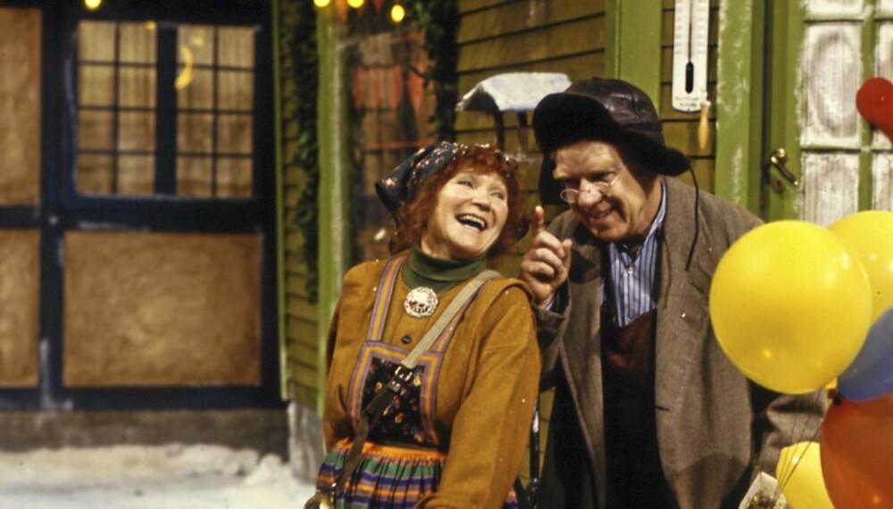 JUL I SKOMAKERGATA: Her er fru Enebær (Nora Brockstedt) og skomaker Andesen utenfor butikken.