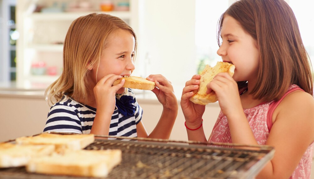 KLARE SELV: Hvis du lar barna prøve å gjøre ting selv fra de er små, vil de raskere bli i stand til å ordne seg på egenhånd.  Illustrasjonsfoto: Colourbox