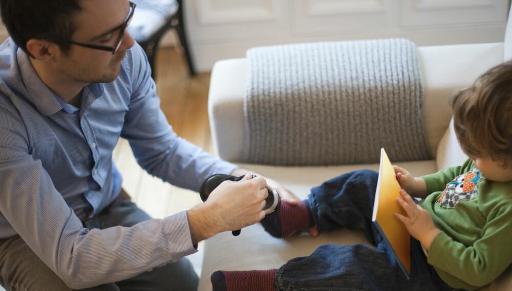 FÅ PÅ SKOENE: Ekspertene advarer mot å belønne barna for å gjøre ting vi burde ta for gitt at de gjør selv, som å få på seg skoene når vi skal ut av døra.