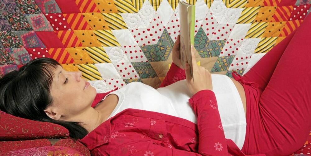 LANG VENTETID: Slapp av med en god bok mens du venter på babyen.