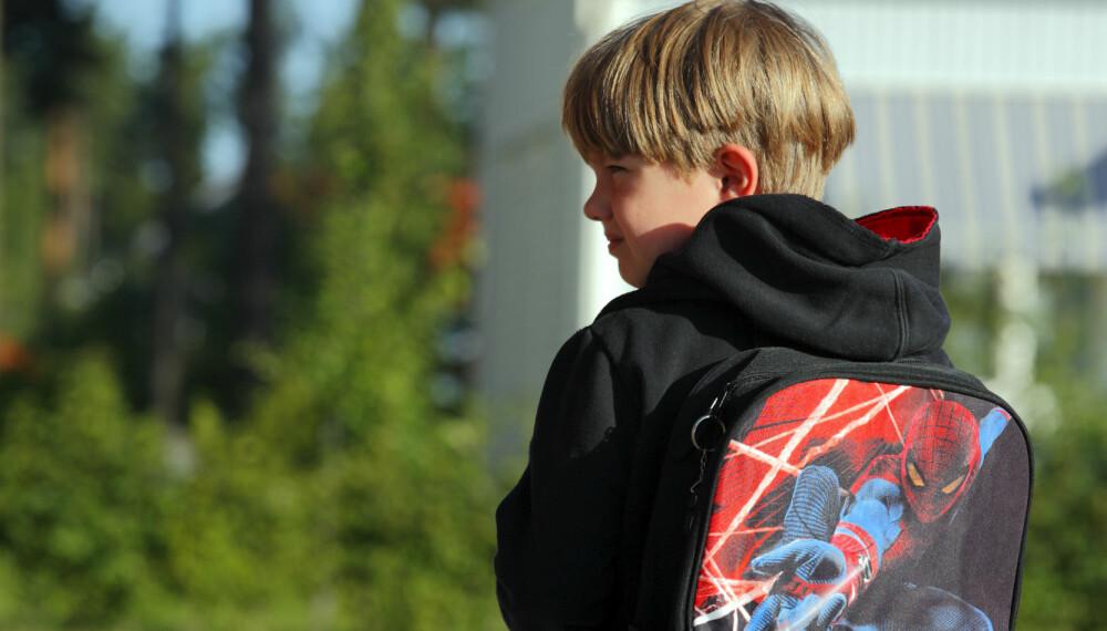 MED GPS I SEKKEN: Barn trenger å kjenne at de har mulighet til å ta egne valg. Det får de ikke med konstant overvåking, mener barnepsykolog.