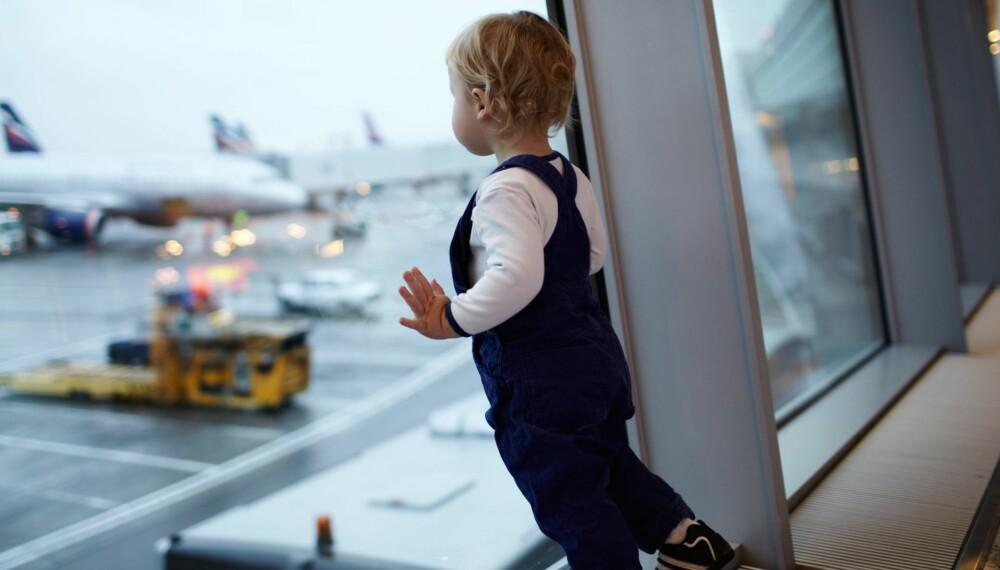 FLY MED BABY: Skal du fly med barn? Her får du oversikt over baby- og barnemat på fly, bilsete på fly, flyebaby og priser til barn på fly. Foto: Colourbox