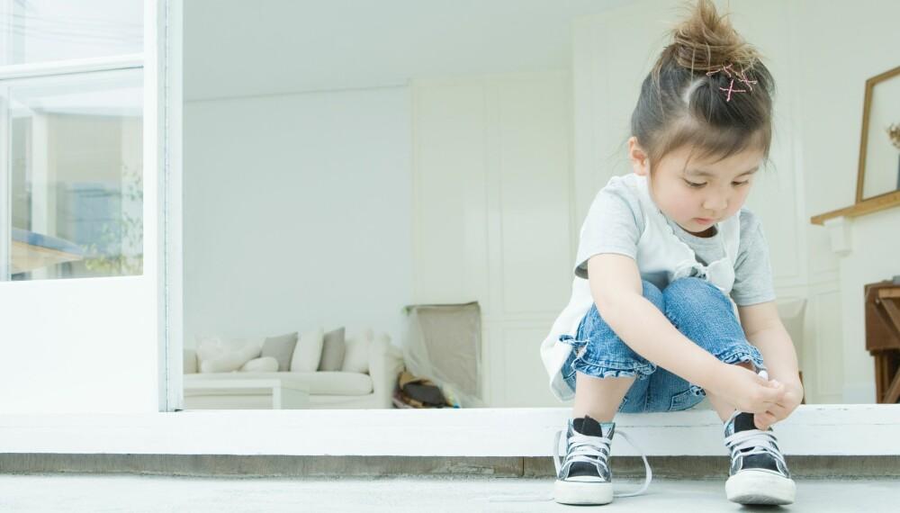 SLIK VELGER DU RIKTIG BABYSKO: Ideelt sett skal babysko være så myke at du kan brette foten helt opp mot ankelen uten problemer. Få flere tips til hvordan du velger riktig babysko.