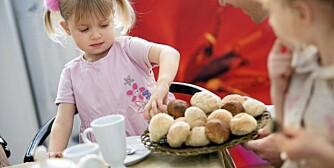 BOLLEBAKING: Barn liker å hjelpe til på kjøkkenet.