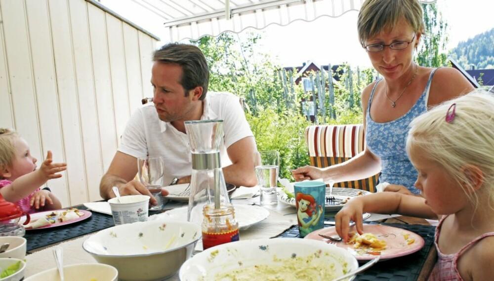 UTFORDRENDE: Å lære barn god bordskikk kan være en prøvelse. Men noen regler er det greit å terpe på når barnet blir bedt bort.