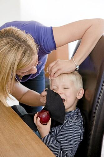 TID OG TRØST: Ofte kan skaden både se og høres verre ut enn det er. Smerten etter en kul i hodet vil gi seg etter en stund, og gjerne med litt trøst fra mor.