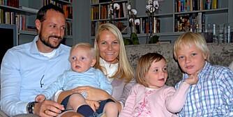 STOR FAMILIE: Kronprinsesse Mette- Marit fikk sitt første barn i perfekt alder, men har også fått to etter hun fylte 30. Her sammen med  kronprins Haakon, prins Sverre Magnus , prinsesse Ingrid Alexandra og Marius Borg Høiby.