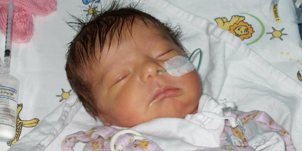 NYFØDT: Bare noen timer etter fødselen sendte mamma Cecilie bekymringsmelding til sykehuslegene. Hun hadde født barn før og skjønte at noe var galt med Tuva.