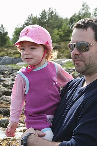 KOMPISER: Tuva (2,5 år)  og pappa Stian.