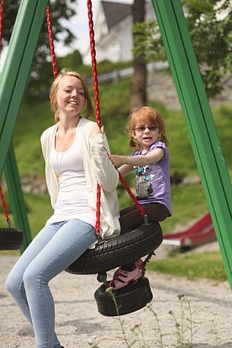VENNINNER: Tuva (4 år) og storesøster Caroline (17) koser seg sammen.