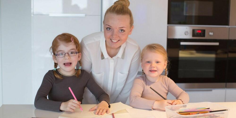 KOSESTUND: Storesøster Caroline hjelper småsøstrene med tegning og bokstavlek.