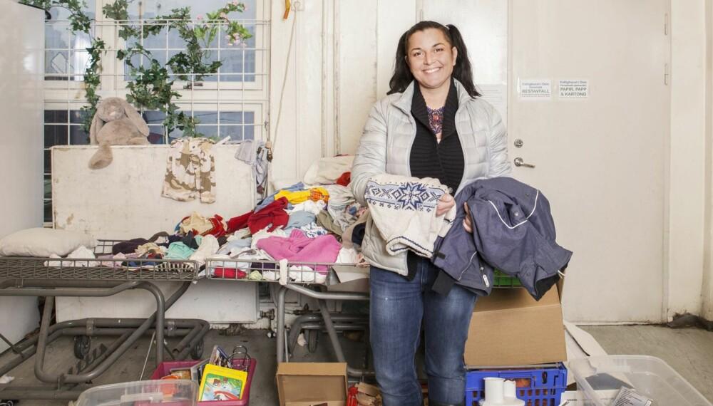 PÅ FATTIGHUSET: Tobarnsmamma Runa besøker Fattighuset for å finne klær og leker til barna.