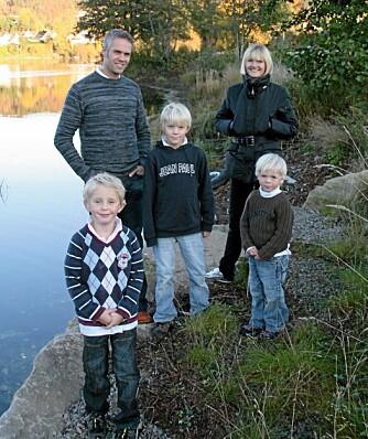 FAMILIEN PÅ TUR: Her er hele familien samlet. F.v. Pappa Erlend, Fredrik, mamma Anne Sofie og David. William står foran.