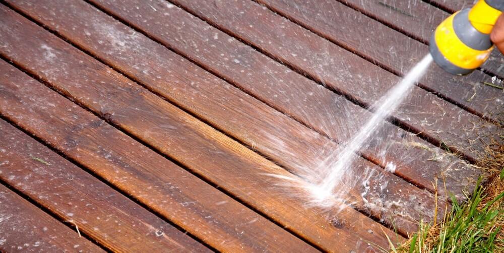 HAGESLANGE: Du bør både begynne og avslutte terrassevasken med å spyle godt med rent vann fra hageslangen.