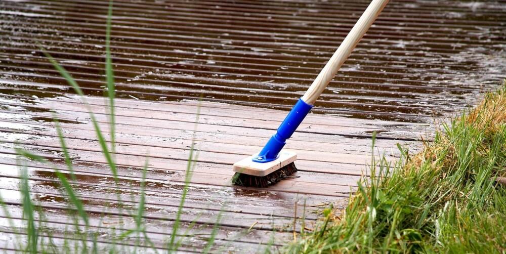 KOST: Gni rengjøringsmiddelet godt inn i treverket med en stiv kost.